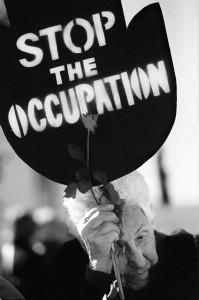 """""""FRAUEN IN SCHWARZ"""" STOP BESETZUNG SCHILD TRANSPARENT FRIEDENSAKTIVISTIN FRIEDENSKUNDGEBUNG PROTEST KUNDGEBUNG DEMONSTRATION FRIEDENSBEWEGUNG ALTE FRIEDEN"""